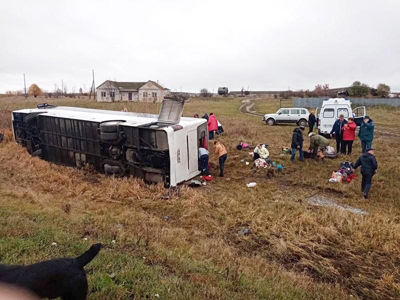 В Нижегородской области перевернулся туристический автобус (видео)