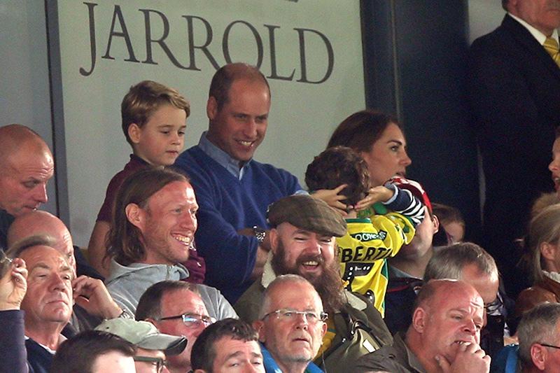 Принц Джордж на футбольном матче