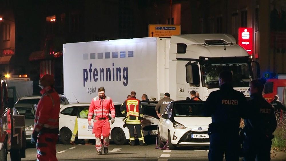 Грузовик протаранил колонну автомобилей в Германии