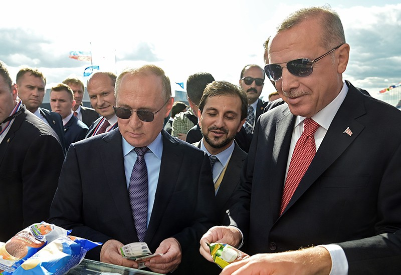 Владимир Путин и Реджеп Тайип Эрдоган покупают мороженое на МАКС-2019
