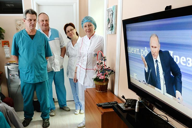 Врачи смотрят телетрансляцию пресс-конференции президента России Владимира Путина