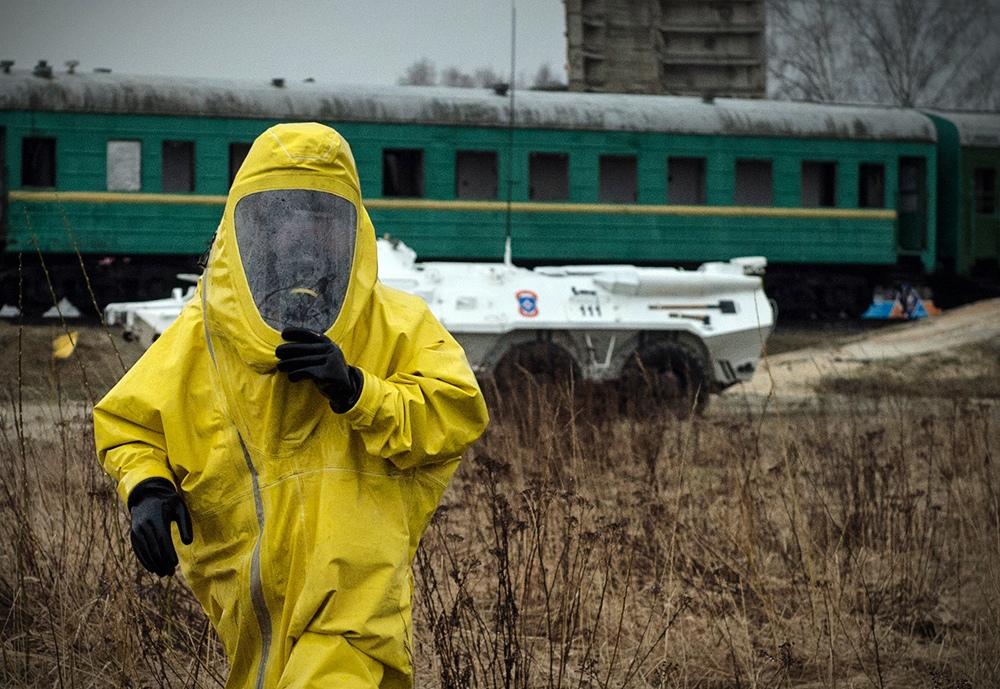 Сотрудник МЧС в костюме РХБ защиты