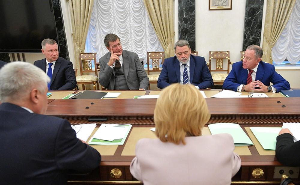 Члены Правительства на совещании