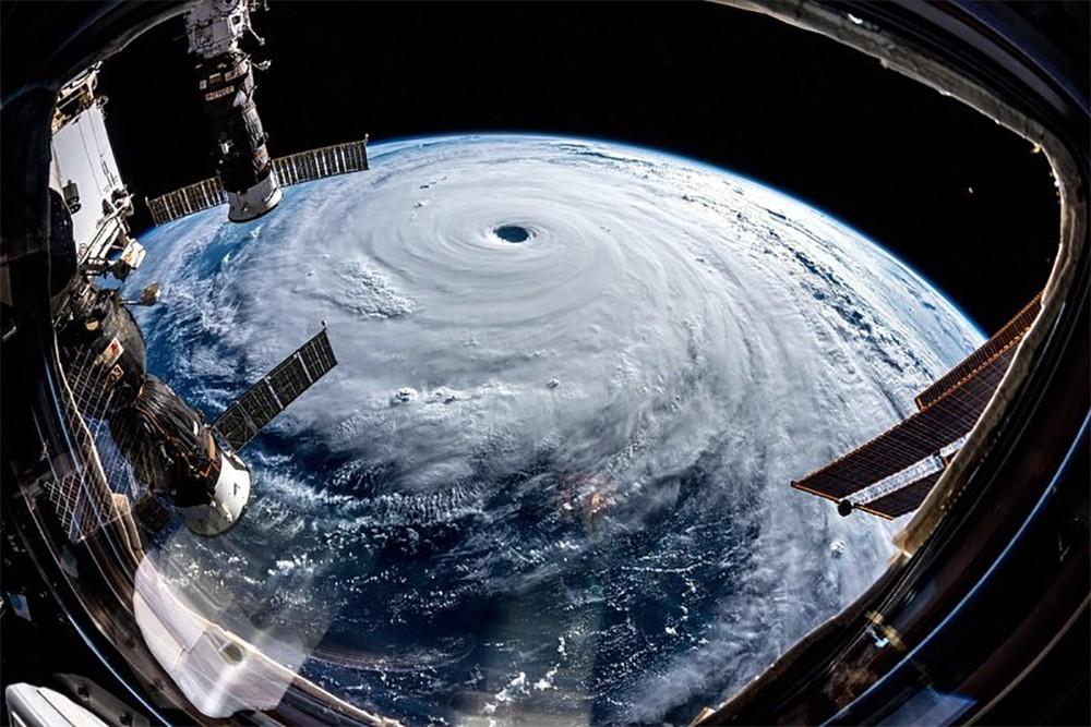 Вит на тайфун с орбиты МКС