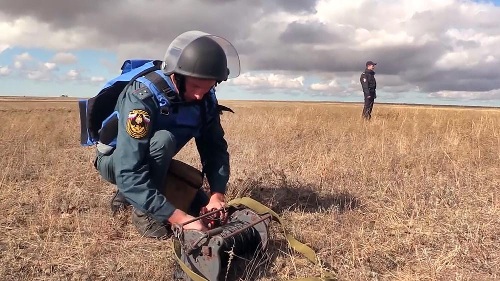 Спасатели МЧС разминируют снаряды времен ВОВ в Крыму