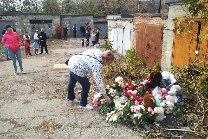 Жители Саратова возлагают цветы на месте убийства девятилетней девочки