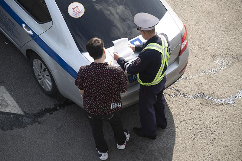 Сотрудник ДПС выписывает штраф нарушителю