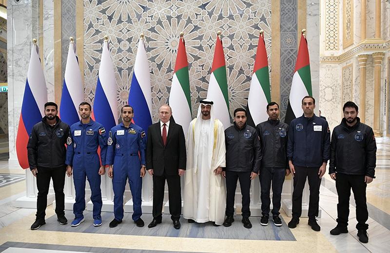 Владимир Путин и наследный принц Абу-Даби, заместитель верховного главнокомандующего вооружёнными силами Объединённых Арабских Эмиратов Мухаммед бен Заид Аль Нахайян фотографируются с космонавтами ОАЭ