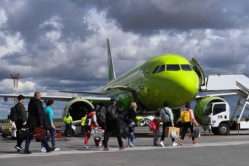 Пассажиры идут на посадку в самолет авиакомпании S7 Airlines