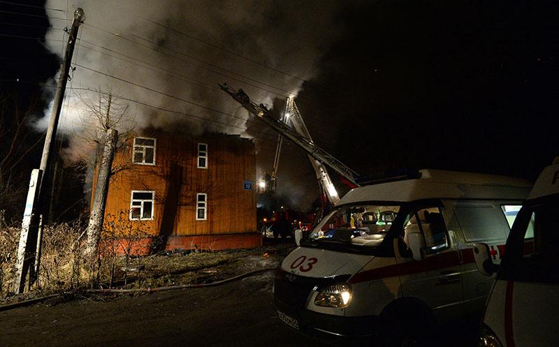 Сотрудники пожарной службы МЧС во время тушения пожара в двухэтажном деревянном доме