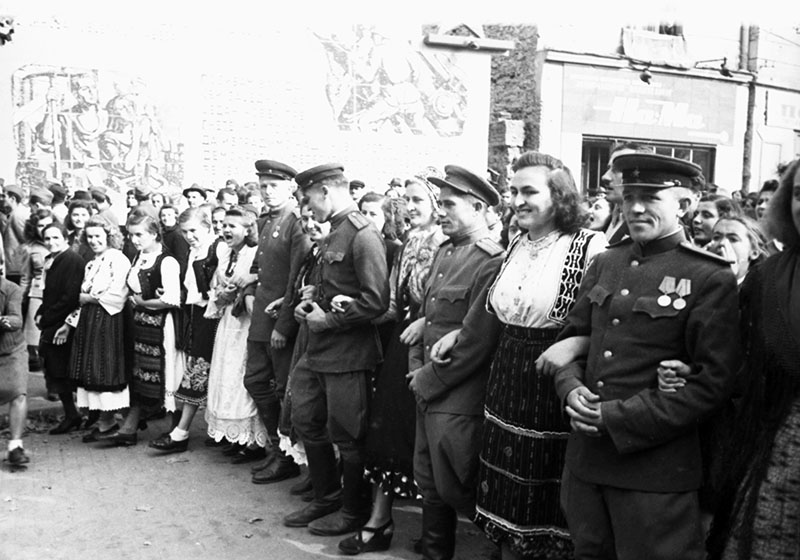 Жители города Белграда встречают советских воинов