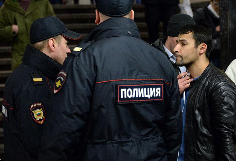 Сотрудники полиции и пассажир на станции Московского метрополитена