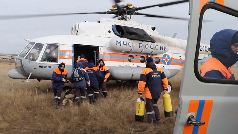 Сотрудники МЧС на месте прорыва дамбы в Красноярском крае