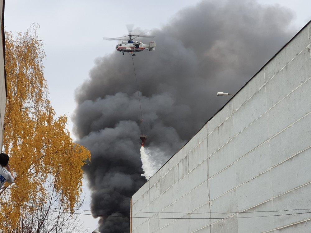 Обстановка на месте пожара на складе со скотчем на западе Москвы