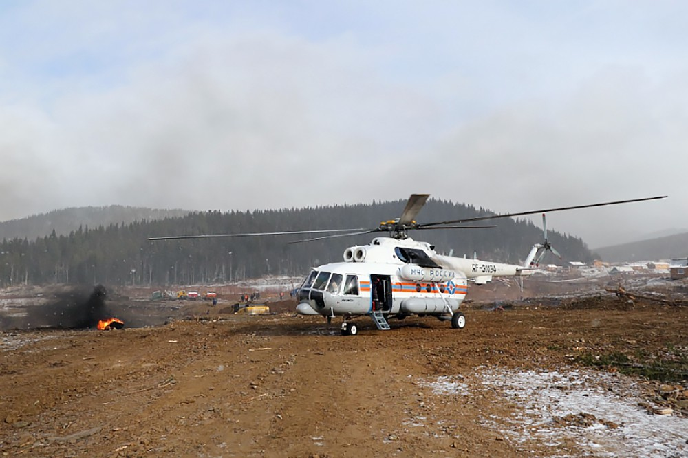 Вертолет МЧС на месте прорыва дамбы на реке Сейба