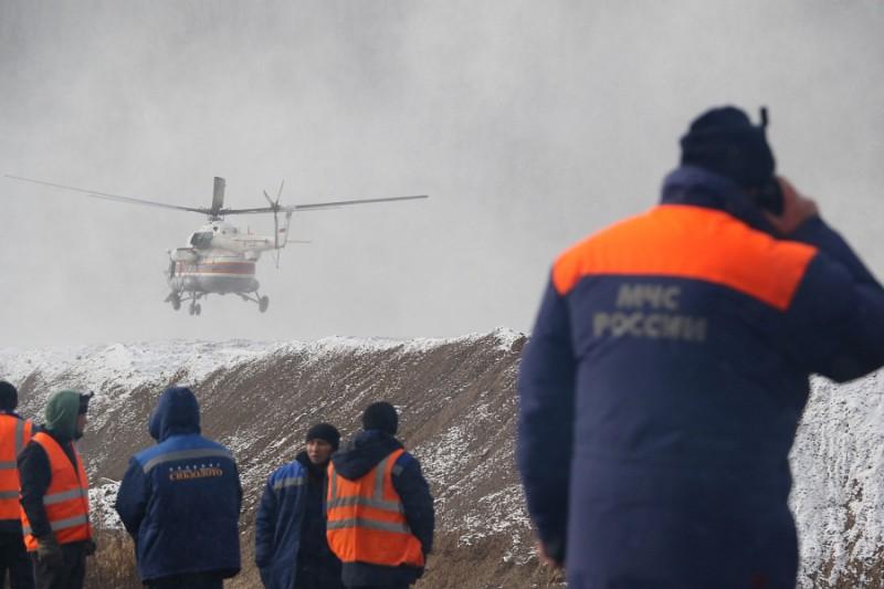 Спасатели МЧС на месте прорыва дамбы на реке Сейба