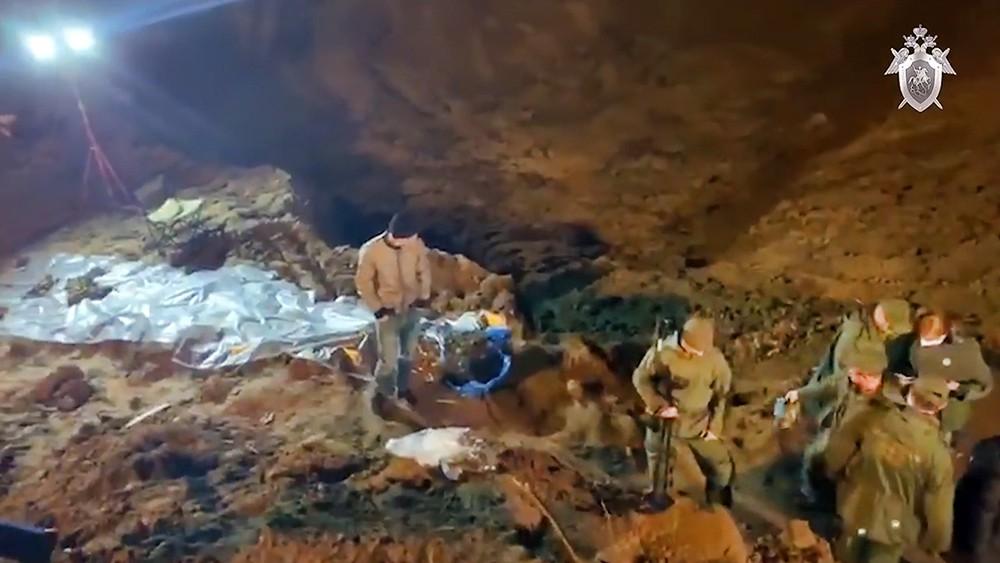 Следователи достают тела жертв банды Шишкана
