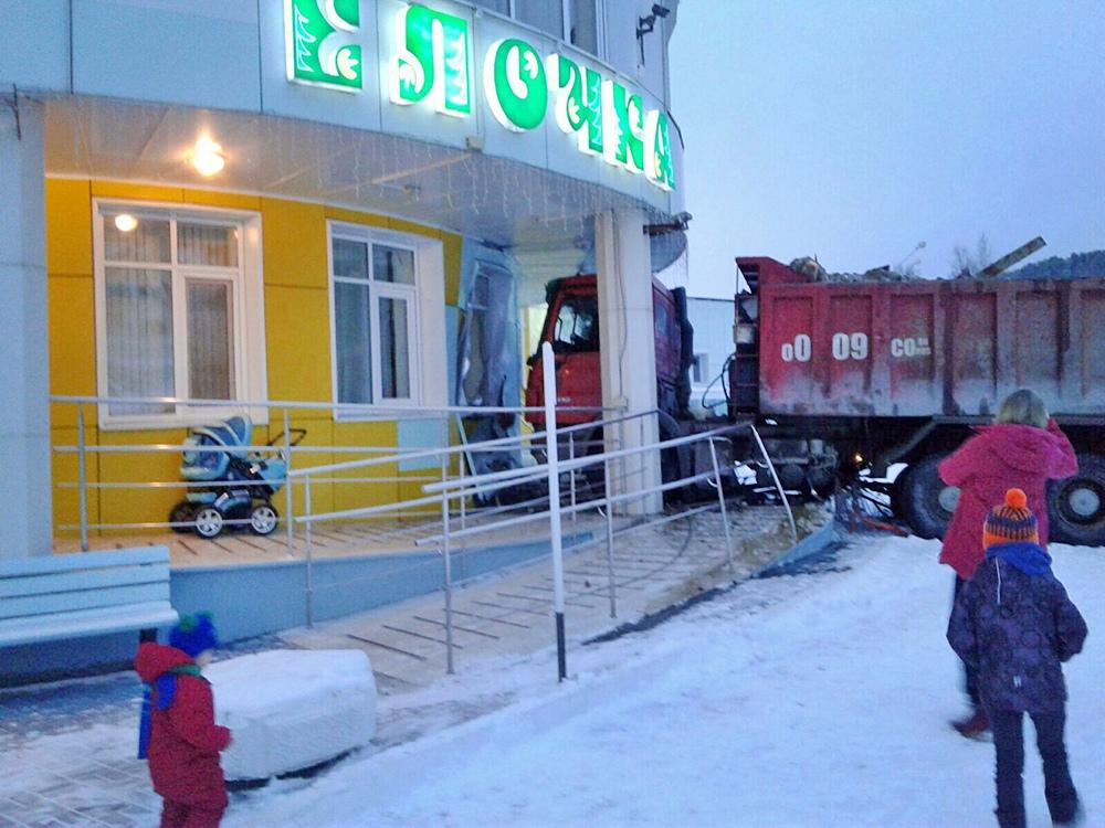 Грузовик врезался в детский сад в Ханты-Мансийске