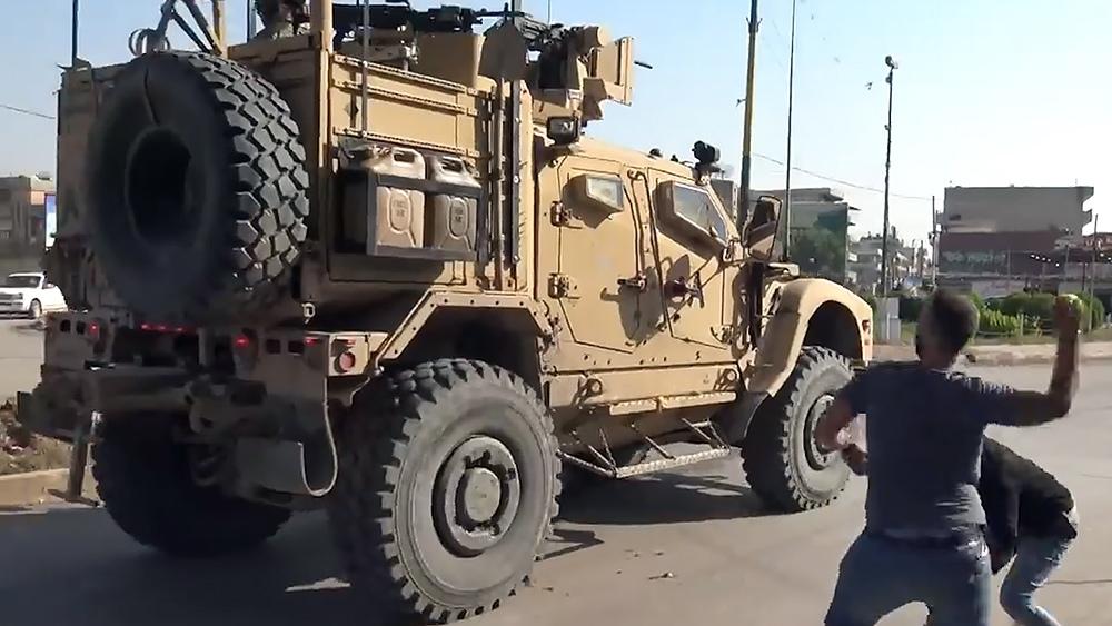 Сирийцы бросают в военнослужащих США помидоры