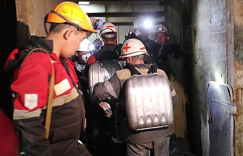 Отряд горноспасателей спускается в шахту