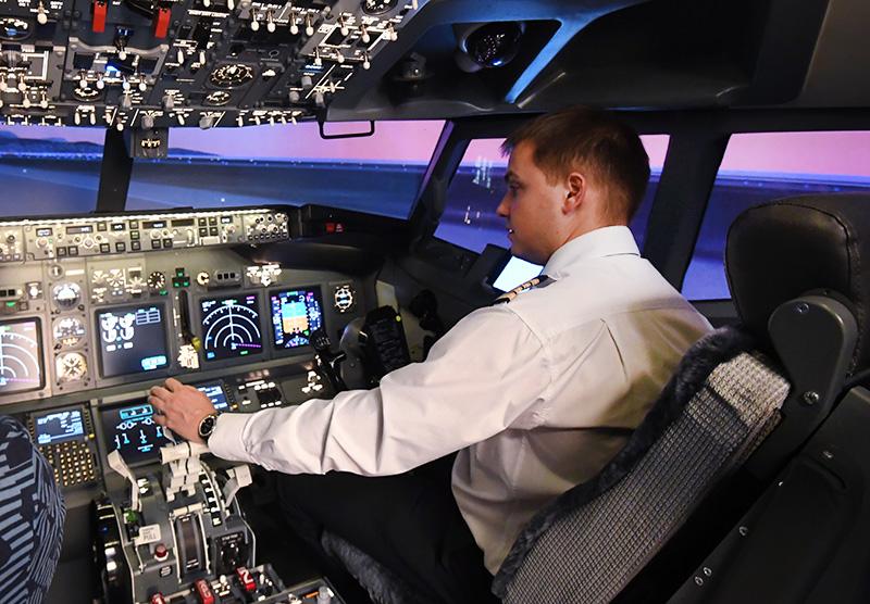 Пилот в кабине Boeing-737