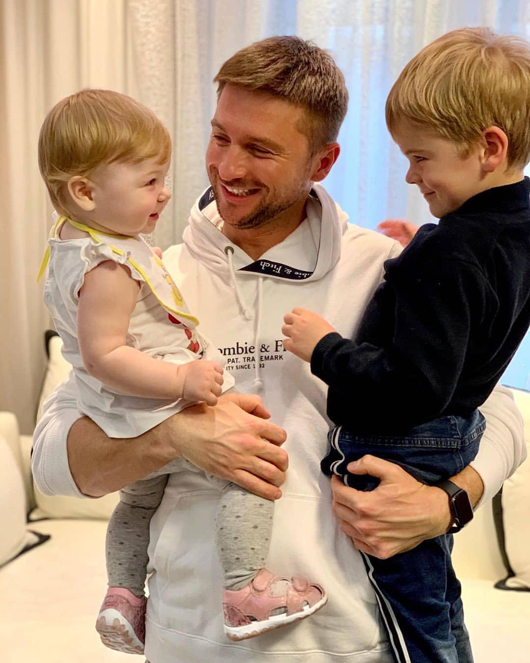 Певец Сергей Лазарев с детьми