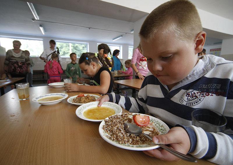 Дети обедают в столовой