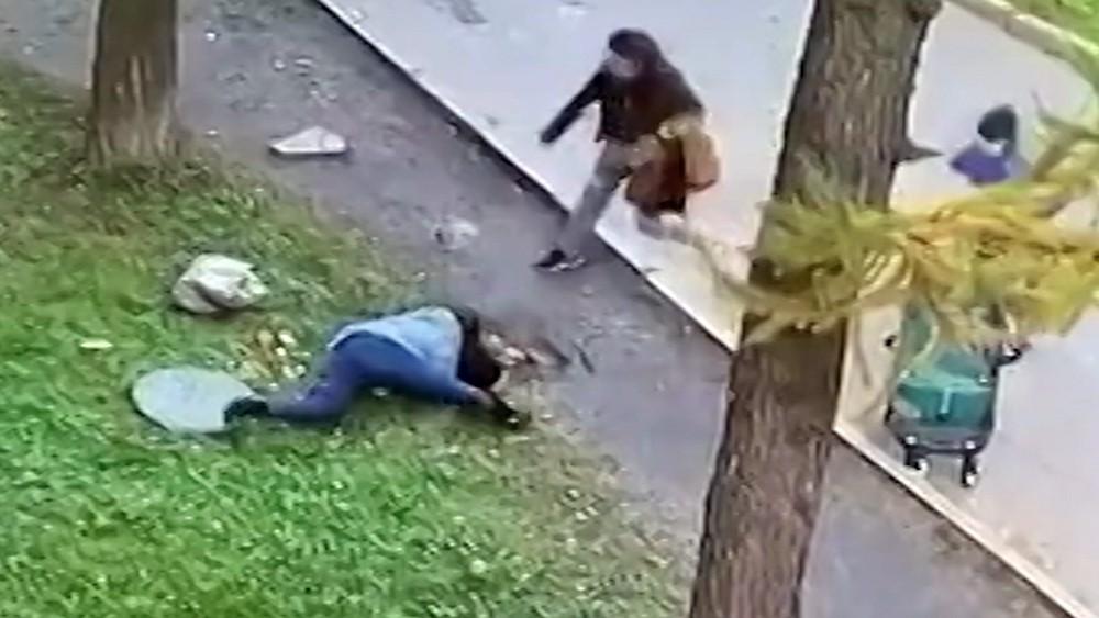 Люди спасают упавшего в люк ребенка