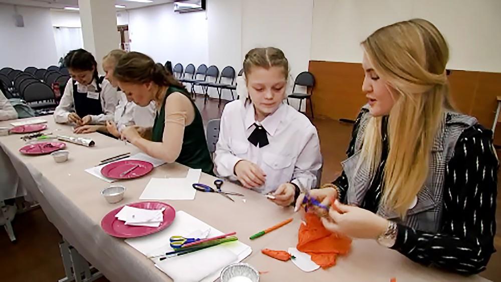 Школьники делают для слепоглухих детей тактильные учебники