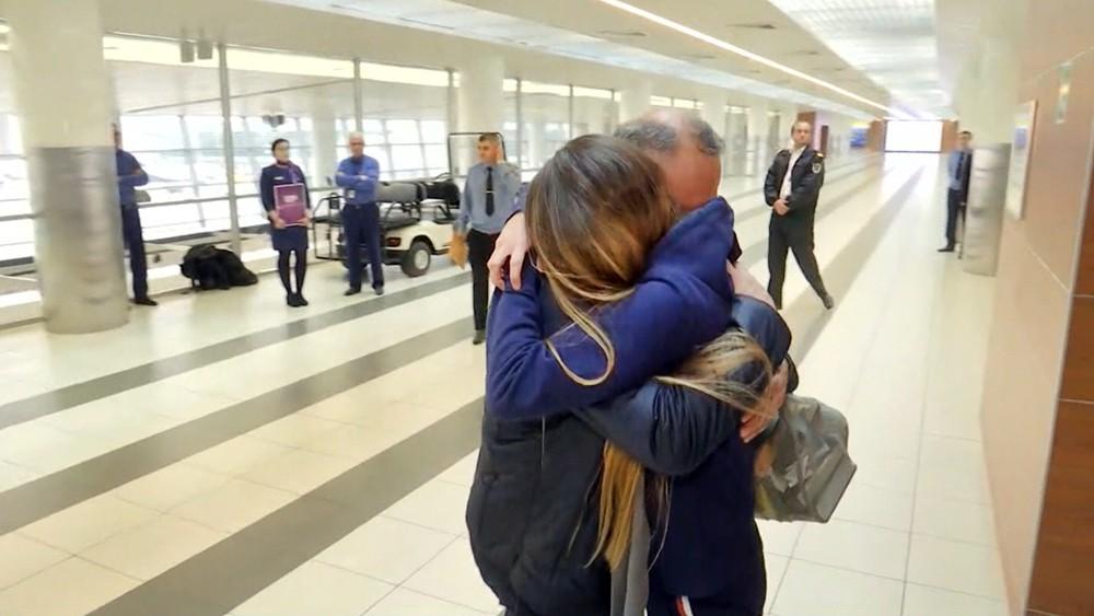 Мария Бутина обнимает отца после возвращения из США