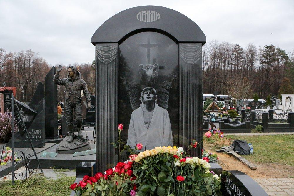 Памятник актеру Николаю Караченцову