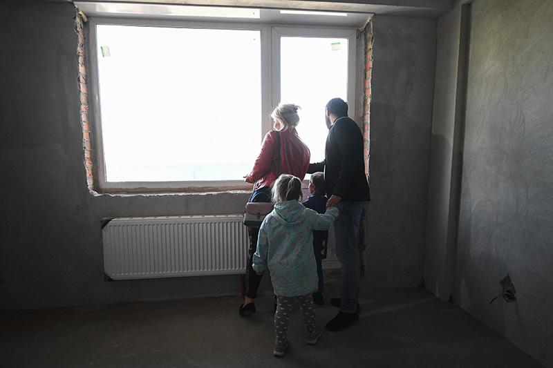Семья осматривает квартиру нового дом