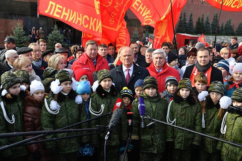 Возложение венков и цветов к Мавзолею В. И. Ленина