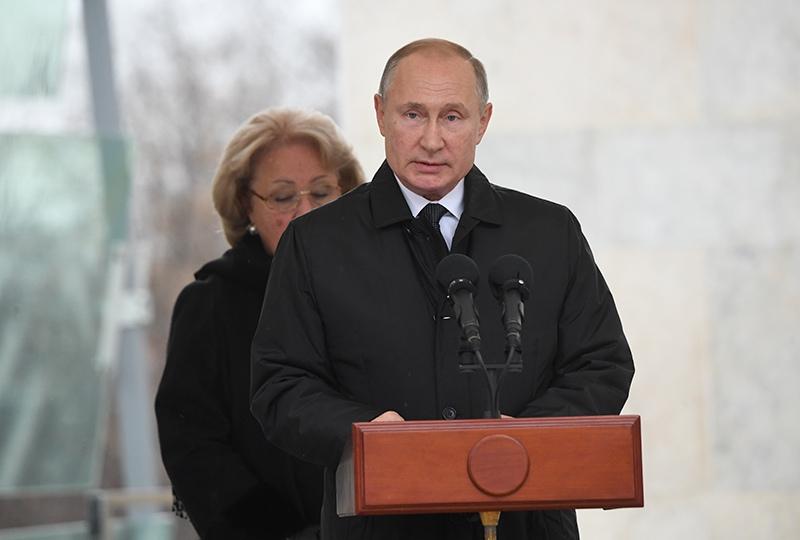 Владимир Путин выступает на церемонии открытия памятника государственному деятелю, политику Евгению Примакову
