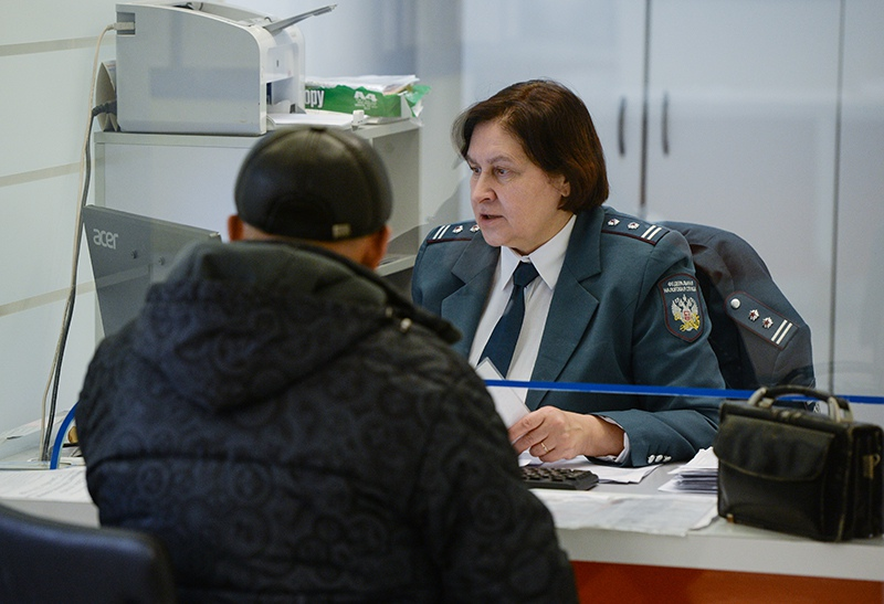 Посетитель в инспекции Федеральной налоговой службы России
