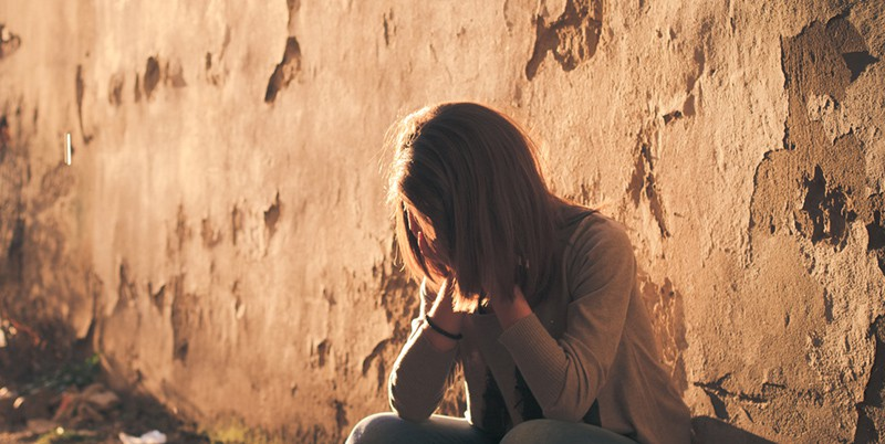 Девушка плачет