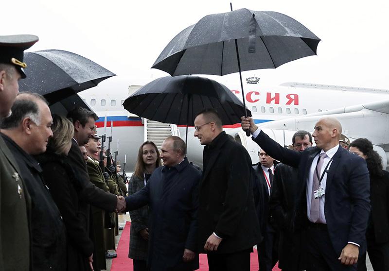 Владимир Путин во время церемонии встречи в аэропорту Будапешта