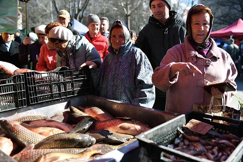 Покупатели возле прилавка с рыбой