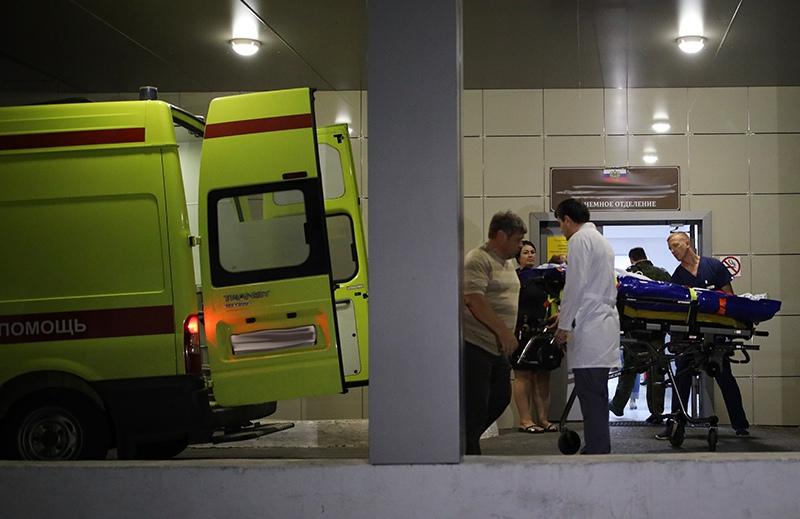 Автомобиль скорой помощи у входа в приемное отделение городской больницы