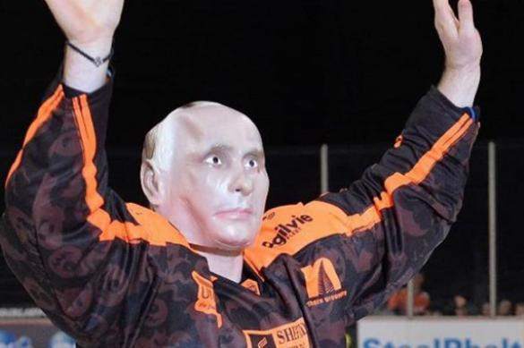 Хоккеист в маске Владимира Путина