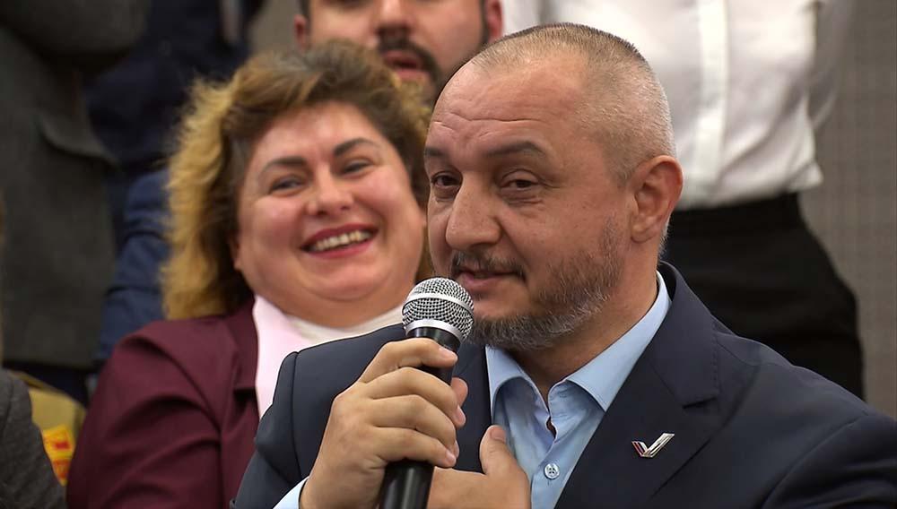 Владимир Путин сделал замечание мужчине, отобравшему микрофон у многодетной матери