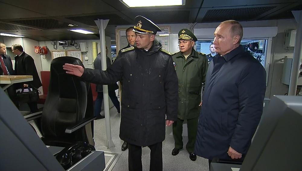 """Владимир Путин во время осмотра корвета """"Гремящий"""""""