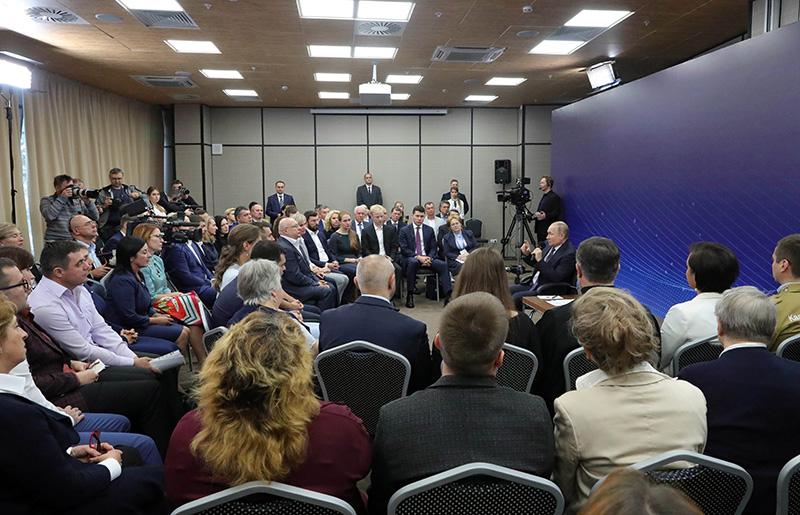 Владимир Путин во время встречи с представителями общественности Калининградской области