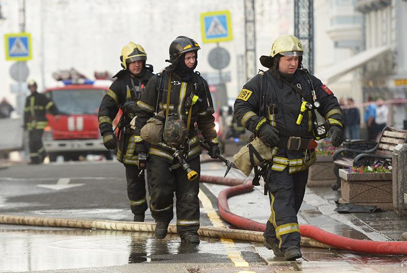 Сотрудники пожарной охраны МЧС России во время пожара