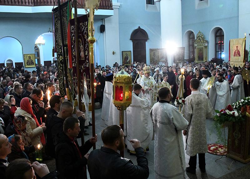 Верующие и священнослужители во время пасхального богослужения