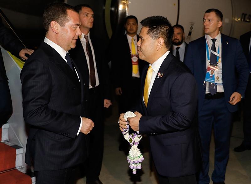Дмитрий Медведев во время встречи в аэропорту Бангкока