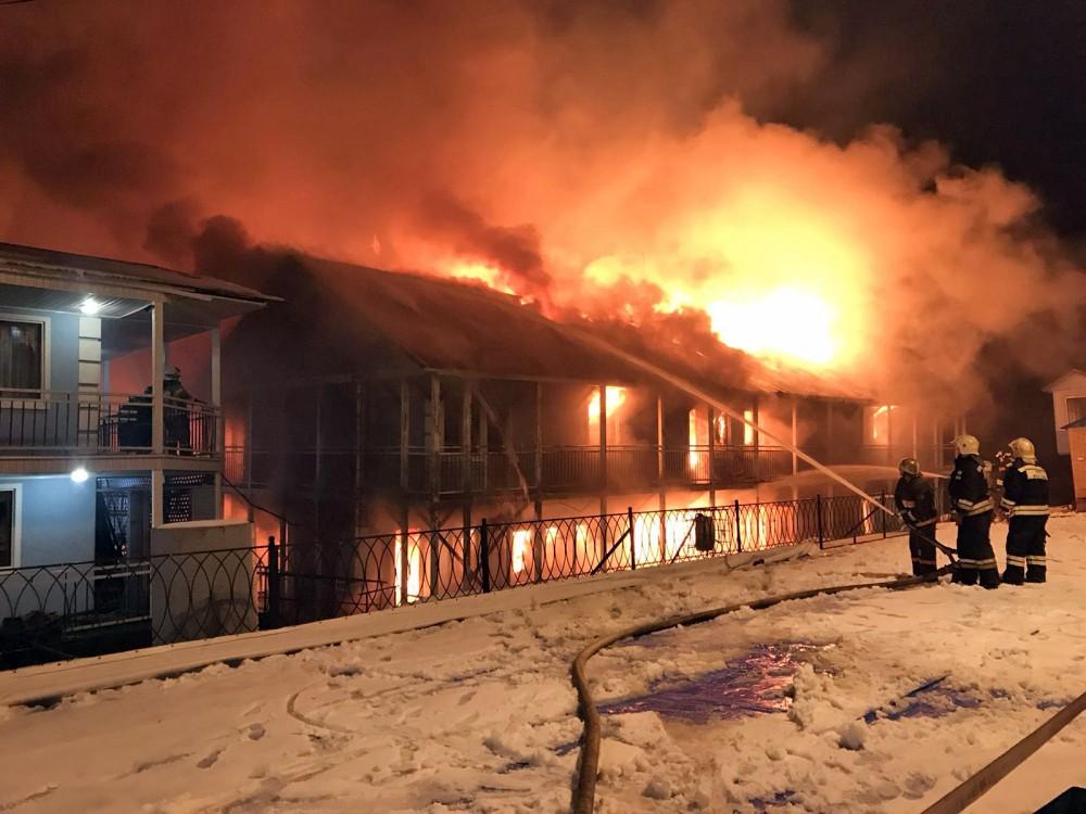 Пожарные тушат возгорание на дебаркадере
