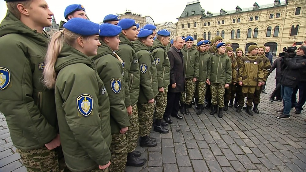 Владимир Путин фотографируется с представителями молодежных организаций