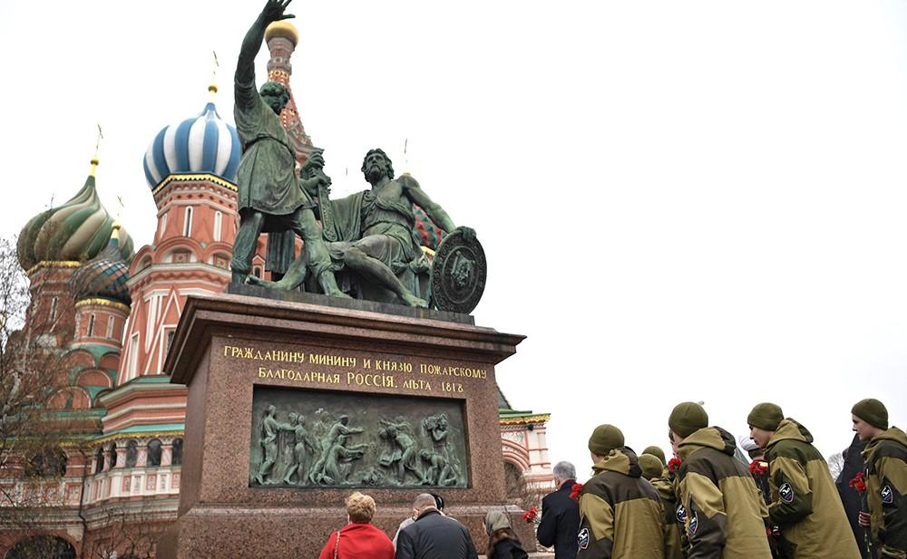Возложение цветов к памятнику Кузьме Минину и Дмитрию Пожарскому