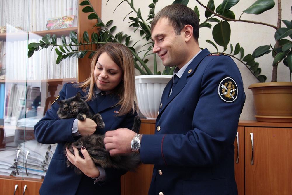 Сотрудники ИК-10 УФСИН и кот